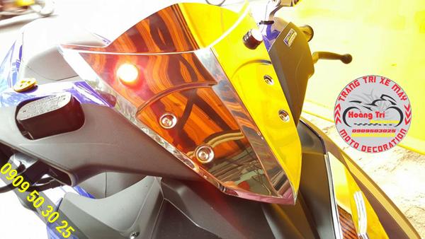 Phản chiếu ánh sáng xuống mão đầu đèn mạ crom làm cho xe thêm phần lung linh