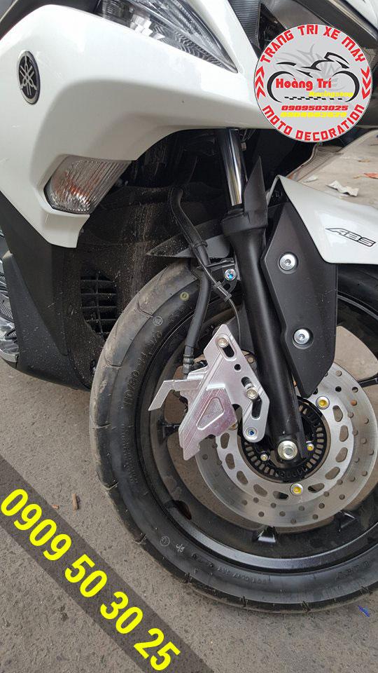 Pát bảo vệ heo dầu trắng bạc trên nền xe trắng đẹp mắt