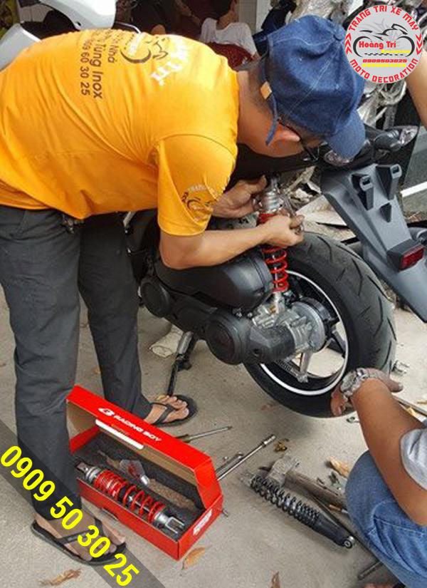 Nhân viên Hoàng Trí gắn phuộc Racing Boy cho NVX 2017