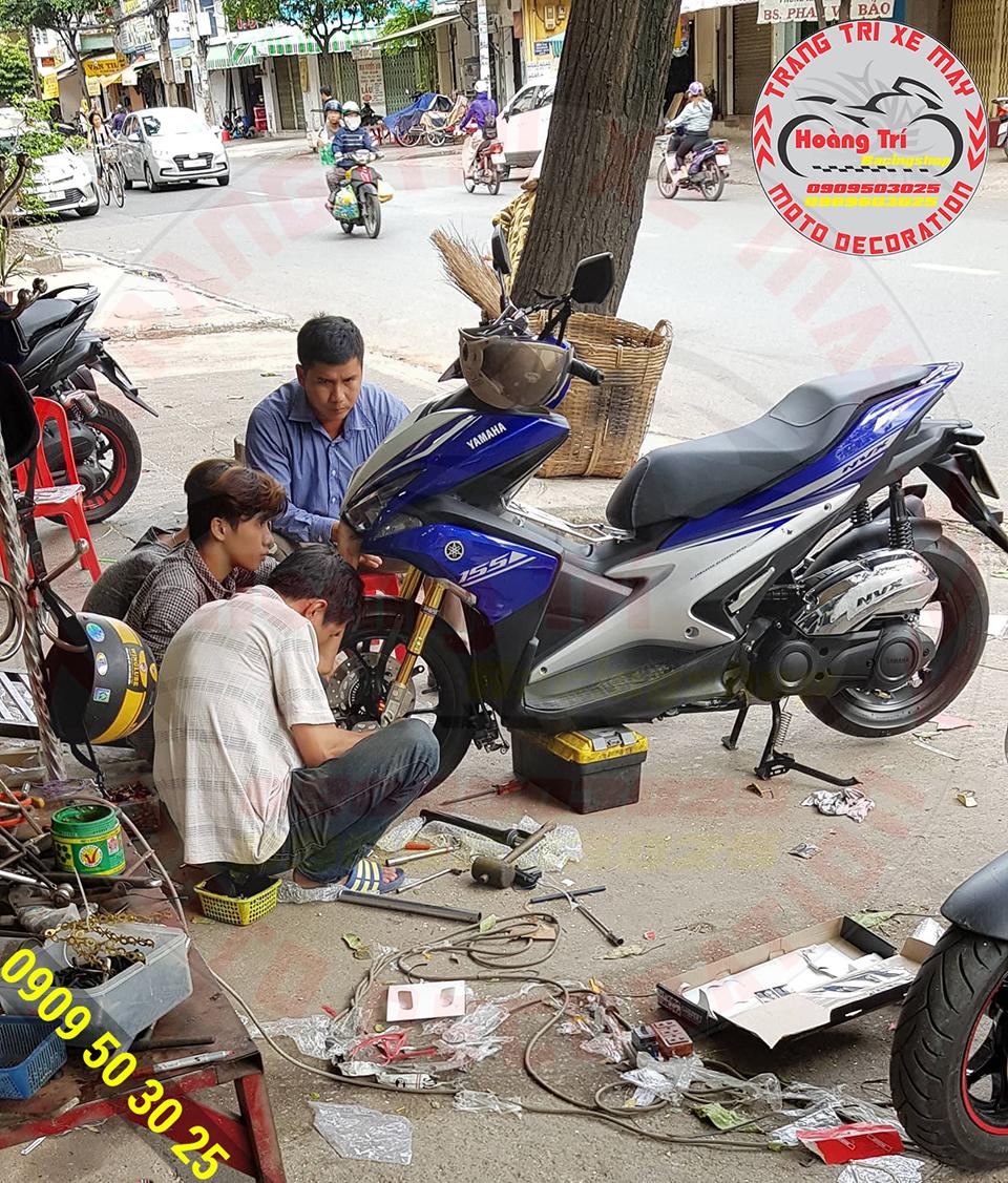 Nhân viên Hoàng Trí Racing Shop đang lắp đặt cho xe