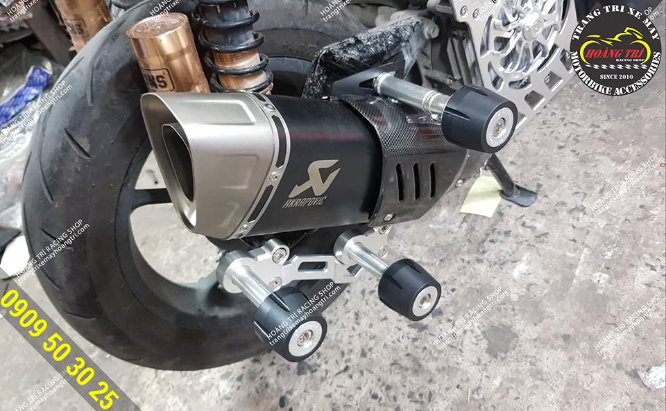 Cận cảnh chi tiết pô xe máy Akrapovic R1 đã được lắp lên xe