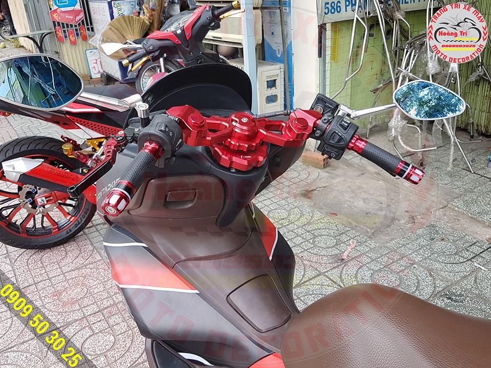 Màu đỏ của ghi đông tông sẹc tông cùng bộ tem PCX 2011 đỏ đen