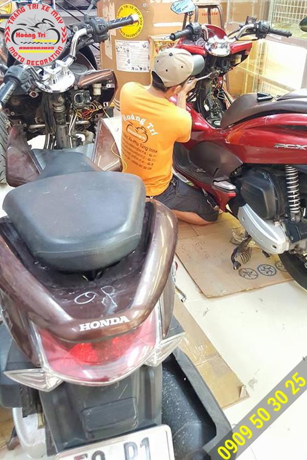 2 xế PCX lên khóa Smartkey - Nhân viên Hoàng Trí Racing Shop đang lắp đặt