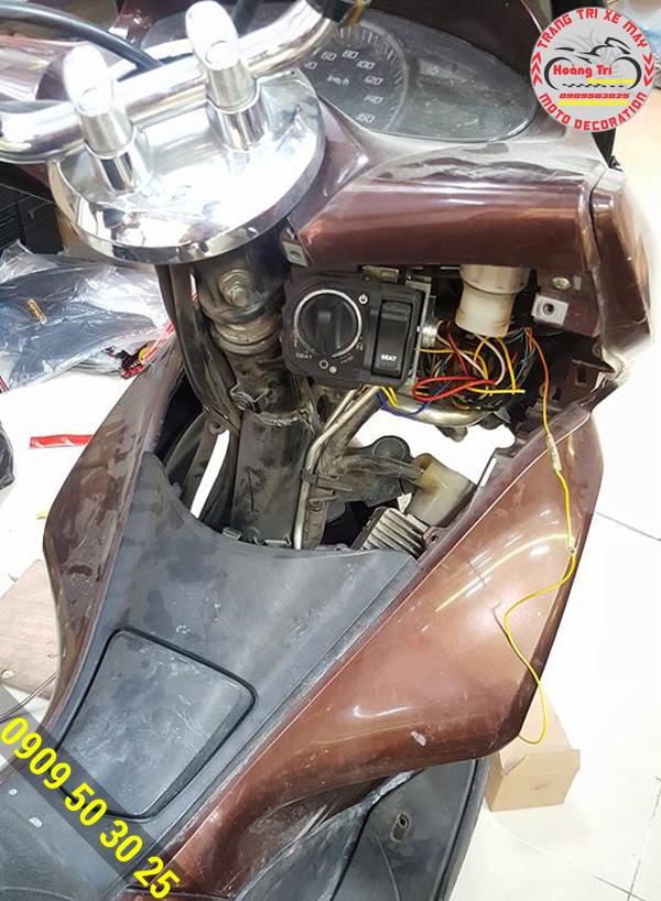 Một xế PCX khác đã được gắn khóa Smartkey chuẩn bị lắp lại dàn áo