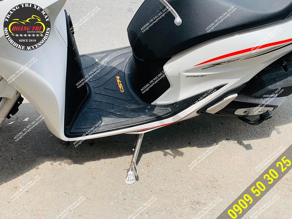 Còn đây là chiếc SH 2020 gắn chân chống bàn chân ngày nắng