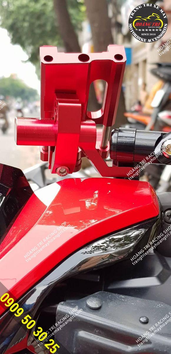Phía sau sản phẩm  với màu đỏ nổi bật trên xế cưng