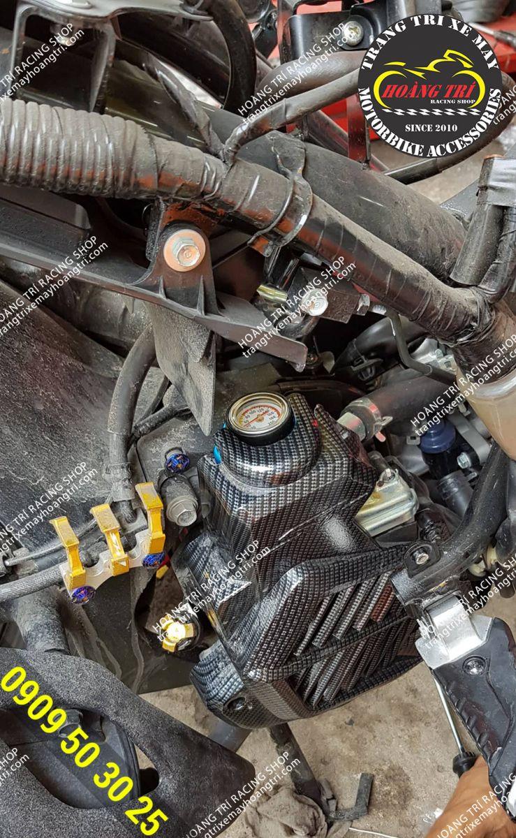 Đang lắp đặt các món đồ chơi khác lên lại xe chuẩn bị hoàn thành tân trang SH 2017
