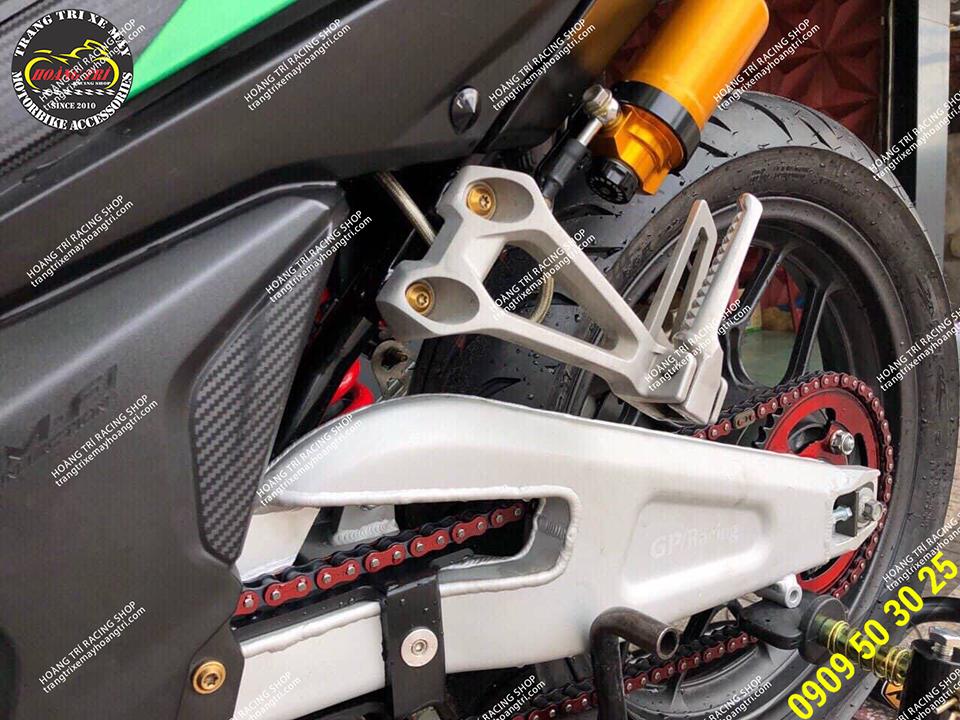 Màu bạc trở nên nổi bật và gấp GP Racing có thiết kế hầm hố