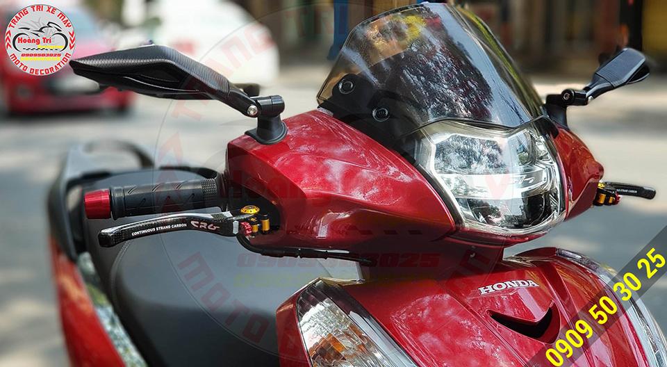 SH300i cũng đã trang bị cặp kính Avarta để tôn dáng thêm