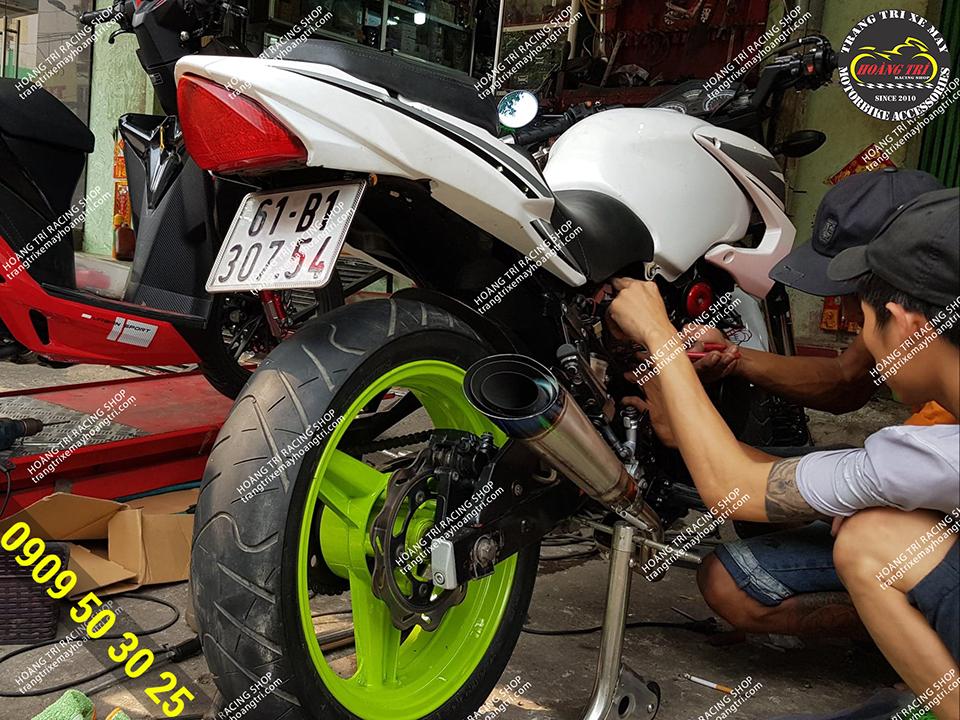 Nhân viên Hoàng Trí Racing Shop đang chăm sóc xe Moto Rebel USA