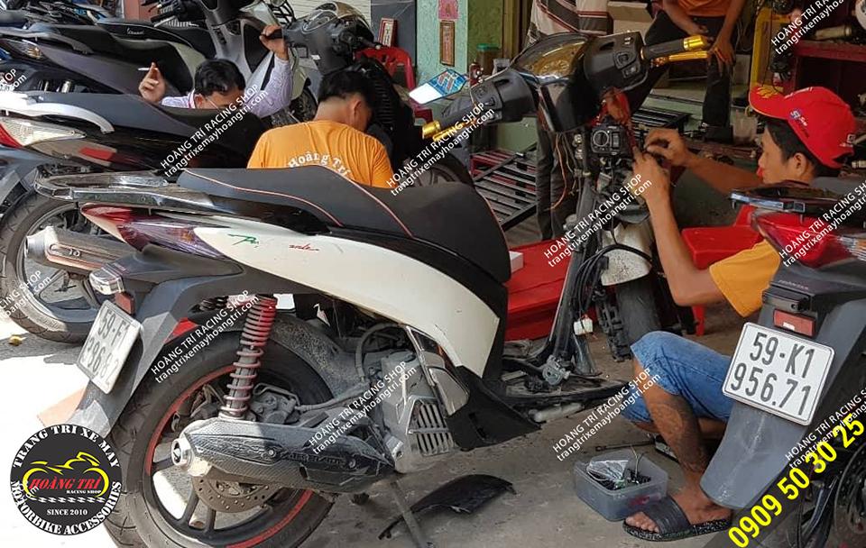 Nhân viên Hoàng Trí Racing Shop đang gắn smartkey cho SH 2012