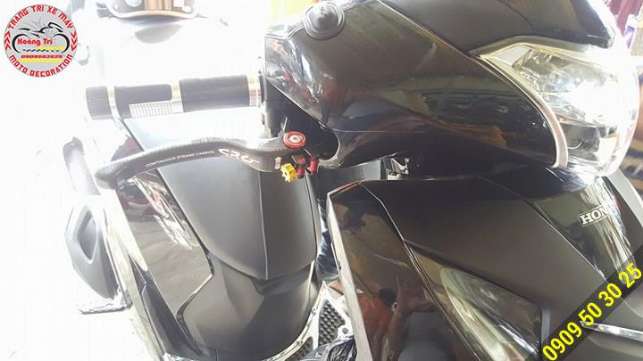 Tông sẹc tông với xế yêu màu đen và có điểm nhắn bởi những ốc khác màu