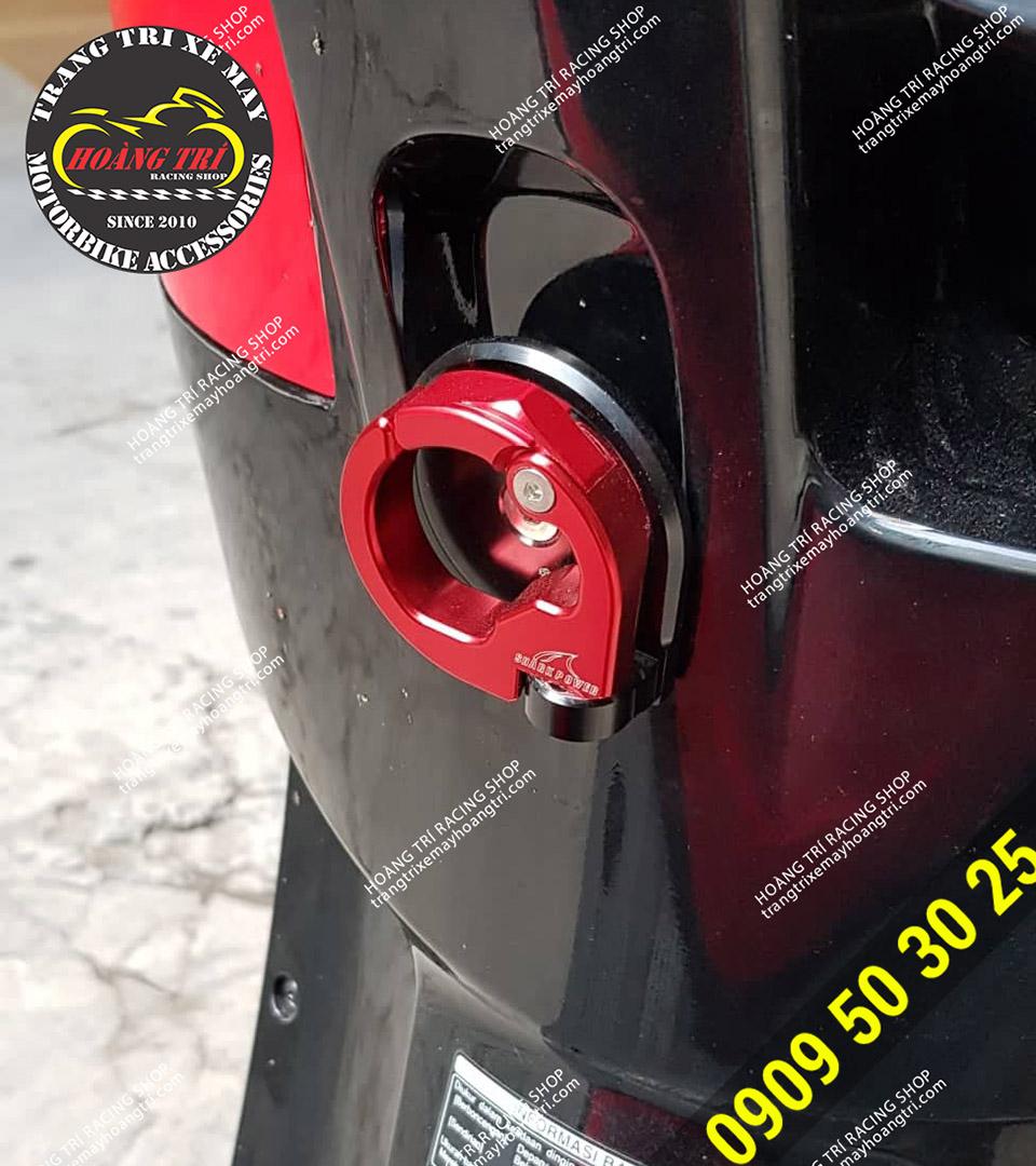 Móc treo đồ CNC được gắn trên xe Scoopy