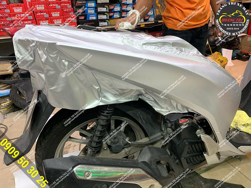 Chỉ còn cắt keo nữa là đã xong phần sườn xe SH 2012