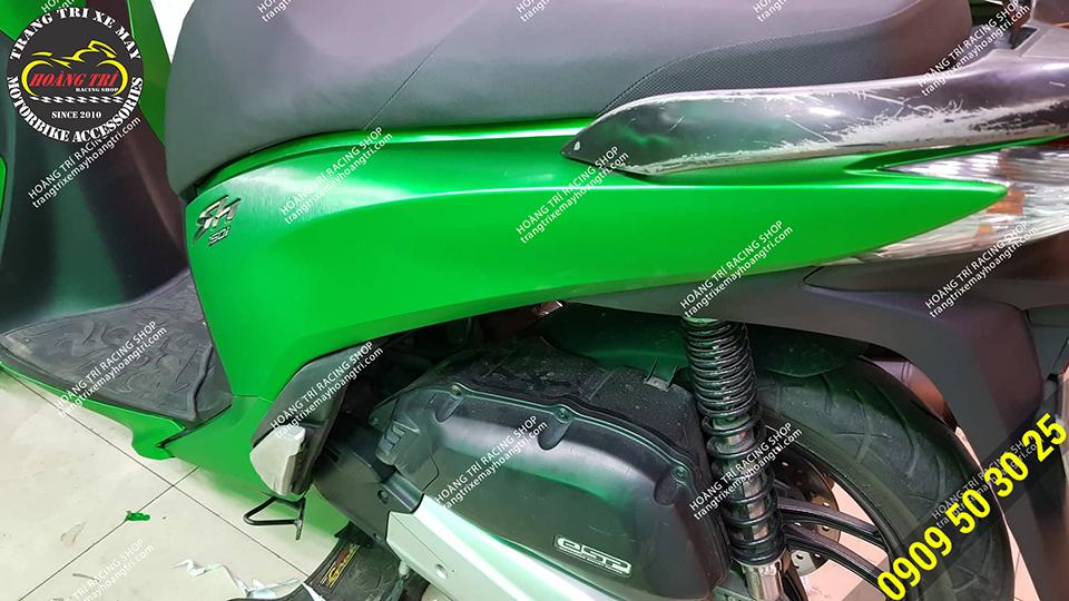 Vẻ ngoài bóng loáng của decal như xe được trang bị lớp sơn kim loại bên ngoài