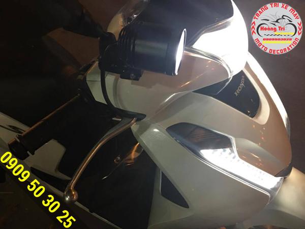 Đèn L4 được gắn ở chân kính chiếu sáng 1 vùng rộng
