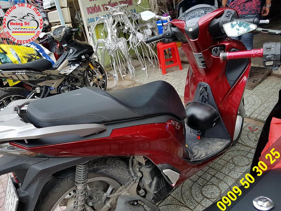 Với màu đen nhám của nẹp sườn loại dài trên nền đỏ rất phù hợp