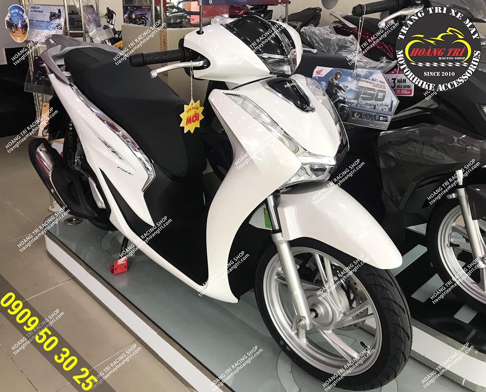 Chiếc SH 2020 màu trắng đang được trang bị nẹp sườn SH 300i