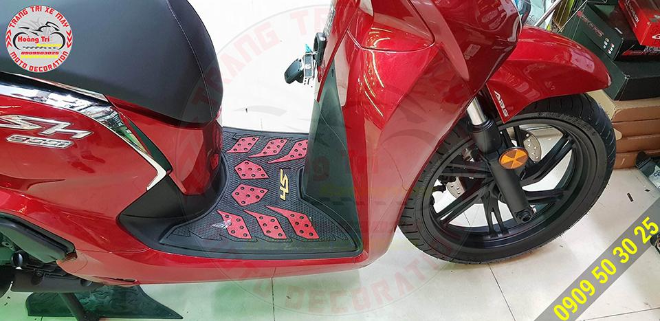 Thảm để chân đỏ đen của SH 300i