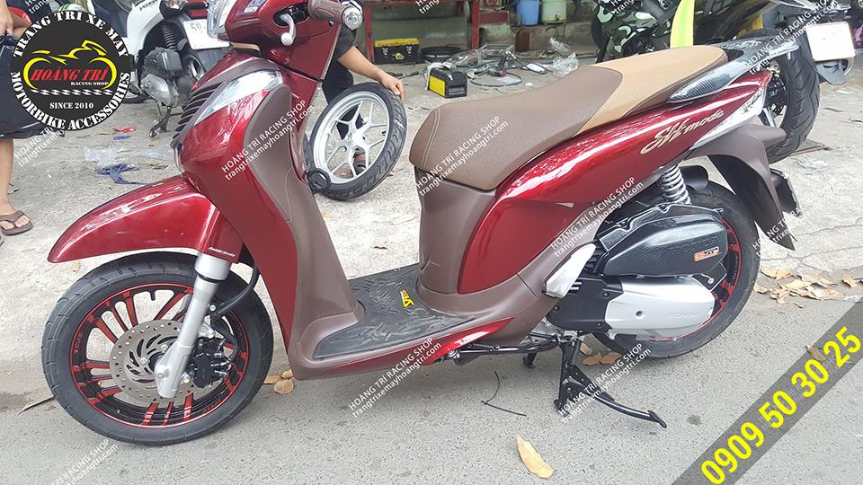 Chiếc SH Mode màu đỏ tông sẹc tông cùng mâm kuni lốc xoáy đỏ