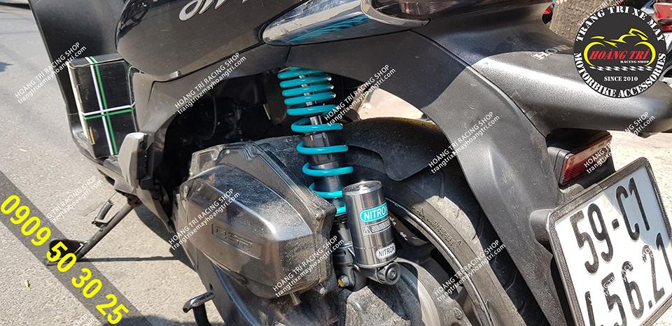 Cận cảnh chi tiết phuộc bình dầu Nitron F trên chiếc SH Mode màu đen