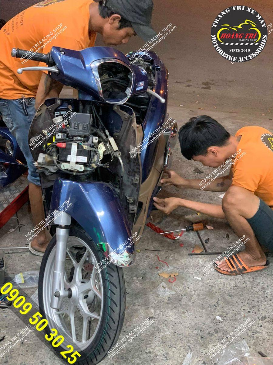 Nhân viên đang gắn khóa smartkey chính hãng Honda cho SH Mode