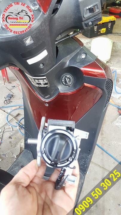 Chuẩn bị thay thế ổ khóa thông thường - Ổ khóa thông minh gắn đúng zin xe SH Ý
