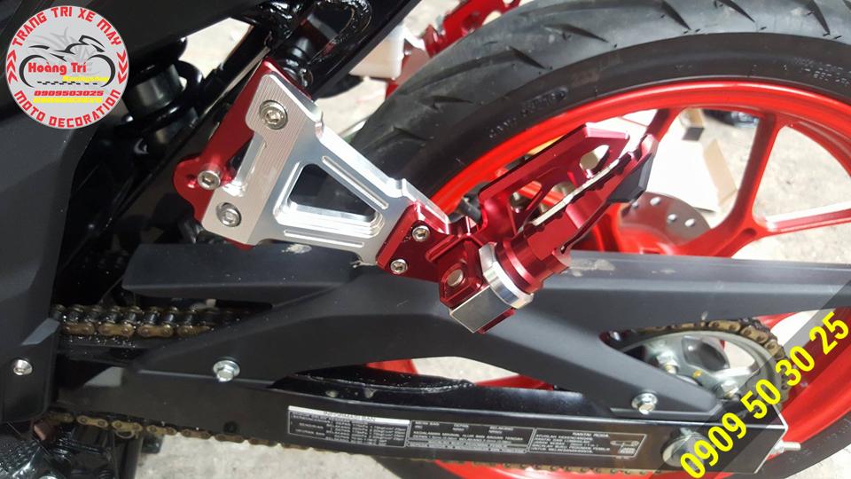 Gác chân Biker màu đỏ đô - kết hợp với xe đen độc đáo