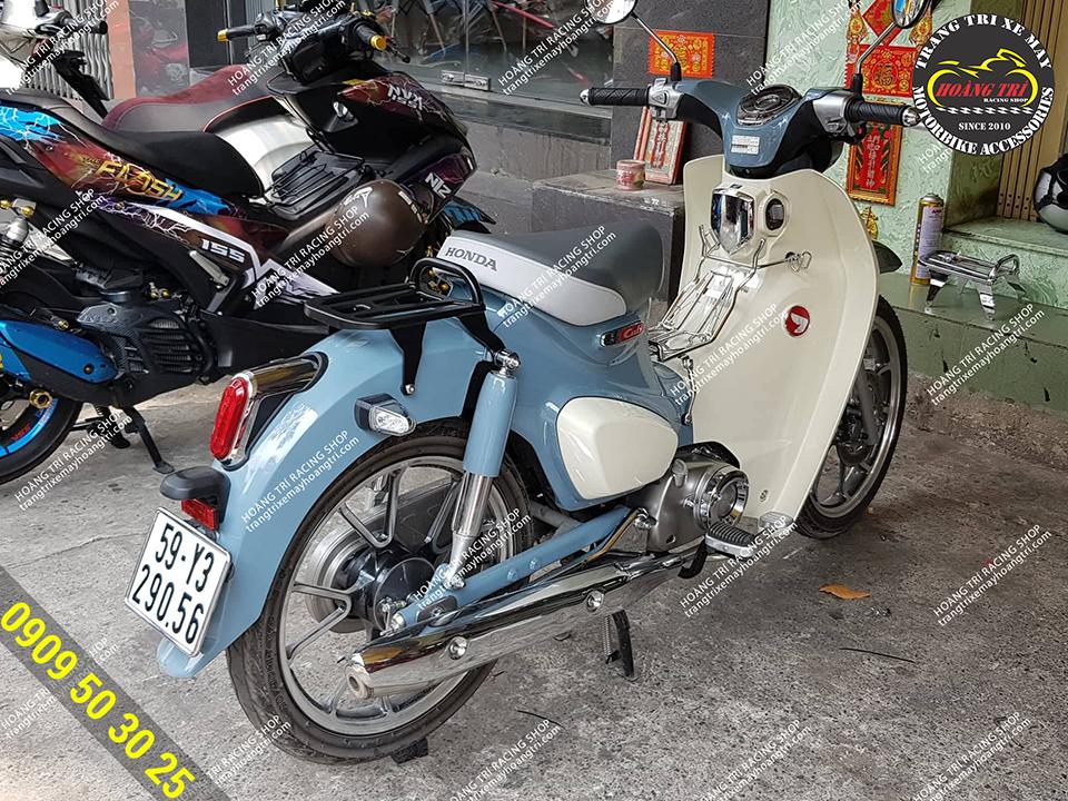 Chiếc Super Cub màu xanh đã lắp baga sau sơn tĩnh điện