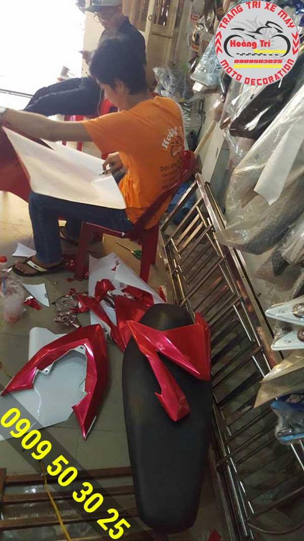 Nhân viên Hoàng Trí thi công dán decal crom chống trầy cao cấp