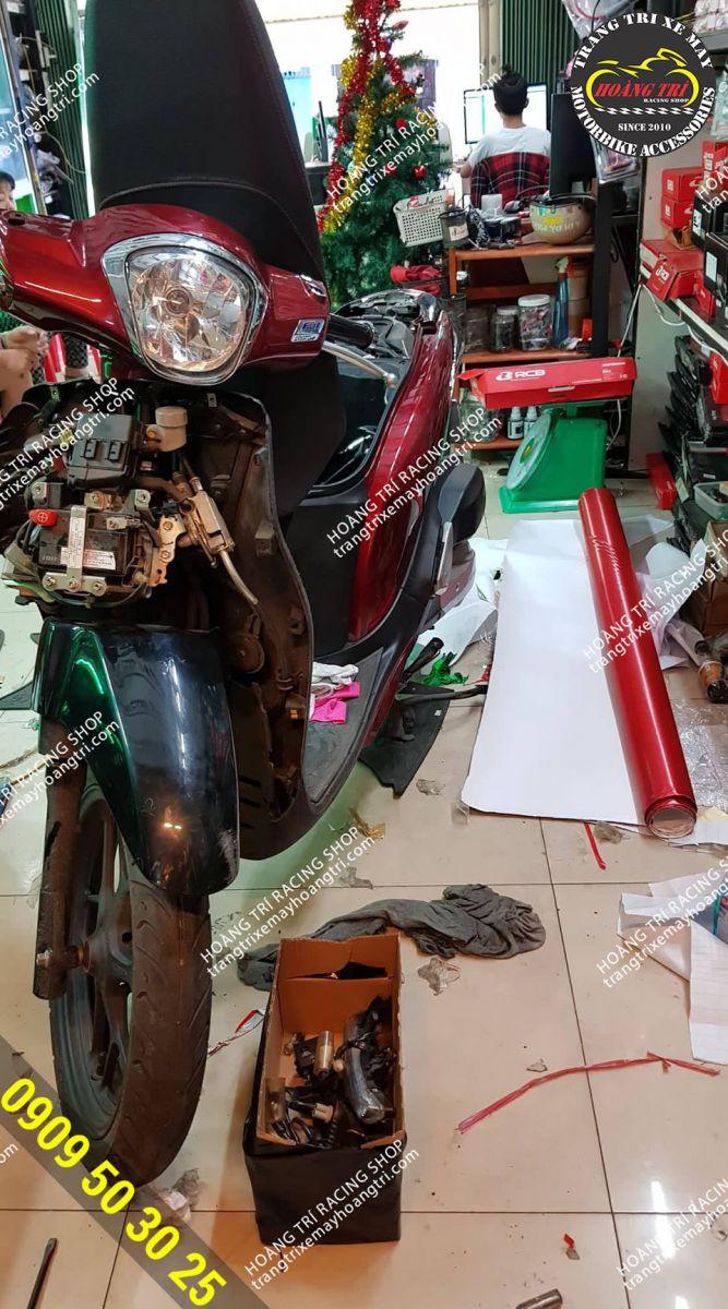 Xe SH Mode màu đỏ đến Hoàng Trí Racing Shop dán decal nhôm xước