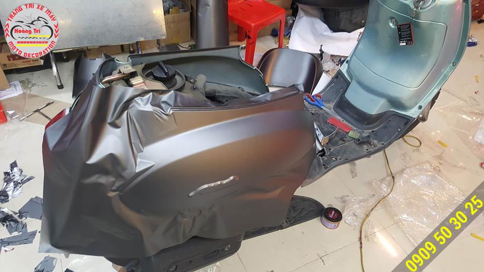Hoàng Trí Racing Shop đang thi công đổi màu để cho xế trở nên mới tinh tươm