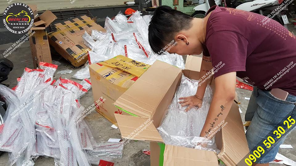 Nhân viên kiểm tra và bỏ vào thùng cẩn thận