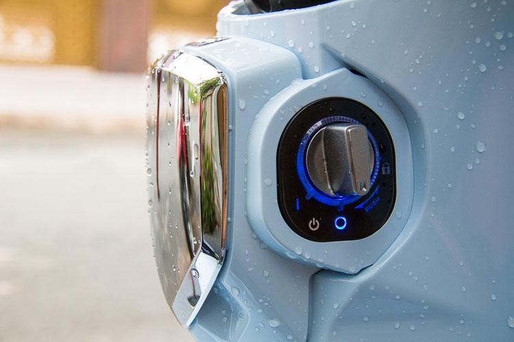 Núm vặn khóa smartkey được trang bị bên dưới đồng hồ