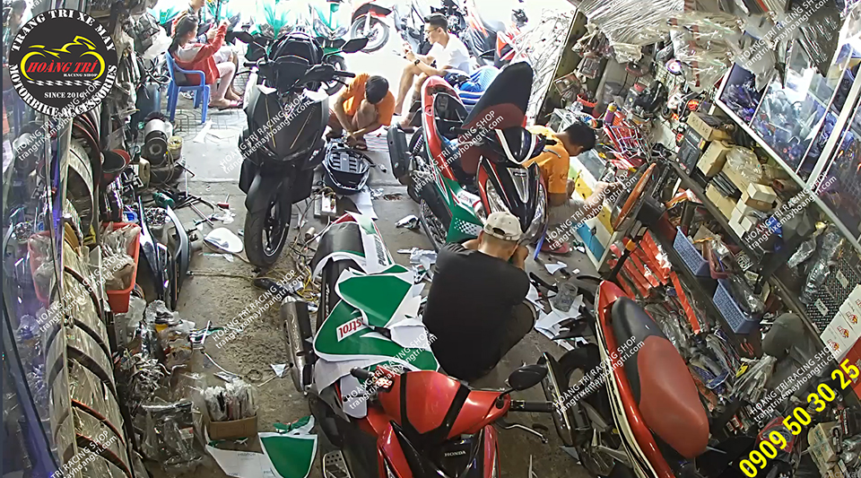Hình ảnh anh em Hoàng Trí Racing Shop đang thi công dán tem xe Castrol