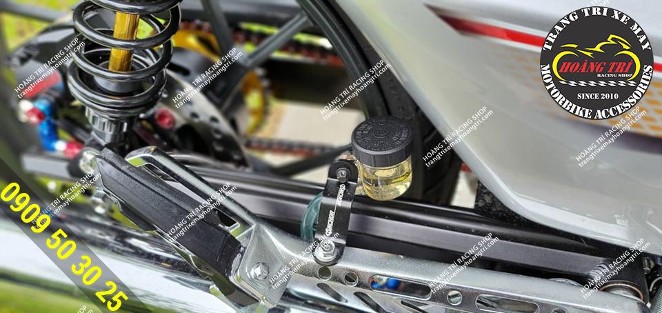 Bình dầu trong suốt phía sau được trang bị cung cấp dầu cho heo dầu sau