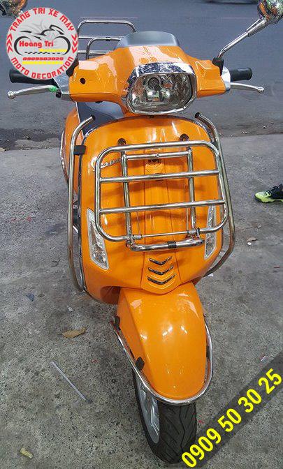 Baga trước inox sáng bóng trên Vespa Sprint màu cam