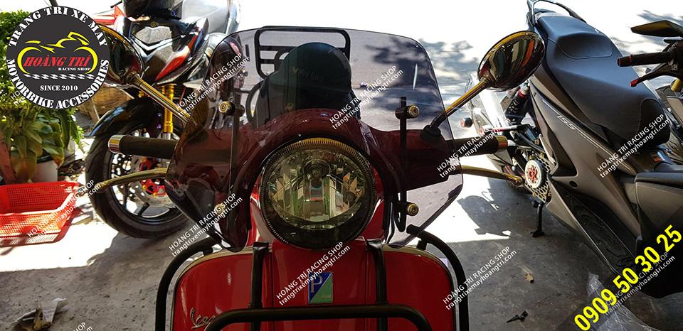 Cận cảnh kính Emax trên xe Piaggio Vespa GTS