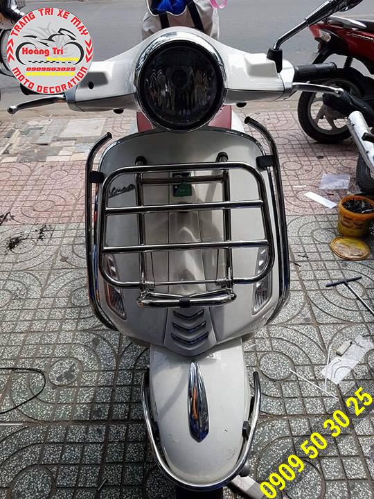 Chiếc Vespa Primavera lên baga trước như đang mặc giáp