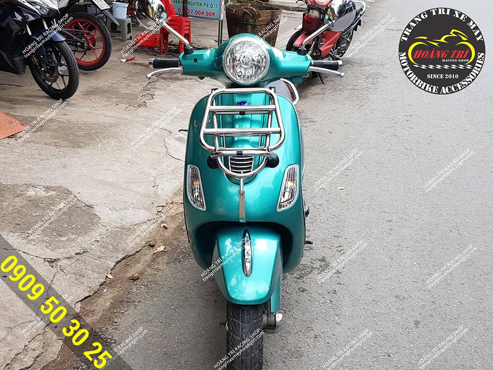 Chiếc Vespa Primavera màu xanh lục bảo gắn baga trước inox