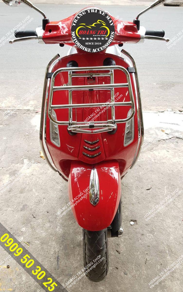 Xế cưng Primavera màu đỏ đến Hoàng Trí Shop lắp đặt baga trước inox