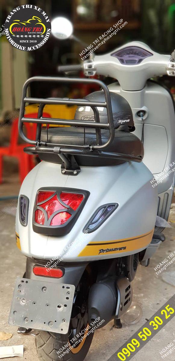 Một chiếc vespa Primavera đến shop lắp đèn lái black style