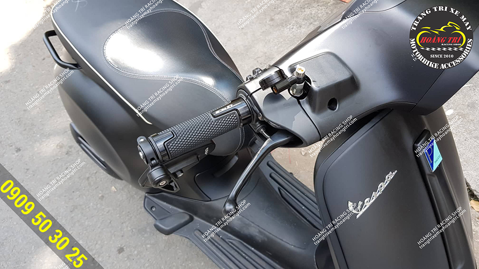Vespa Sprint đến Hoàng Trí lắp đặt bao tay V8 Racing Boy