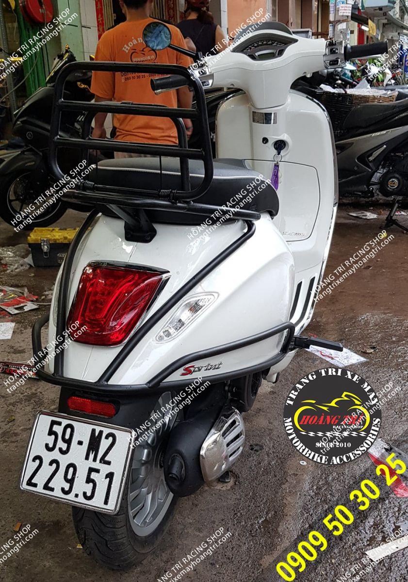 Xế cưng vespa Sprint màu trắng lên khung bảo vệ sơn tĩnh điện chính hãng
