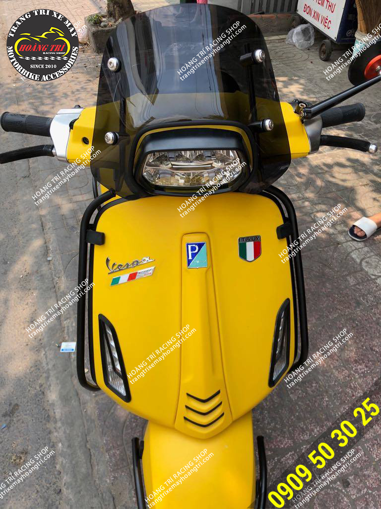 Vespa Sprint màu vàng lên bộ chắn gió Emax chính hãng