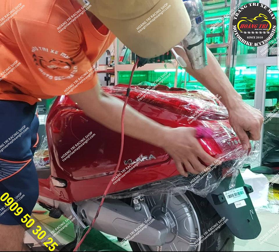 Xe Klara màu đỏ được dán keo xe cẩn thận