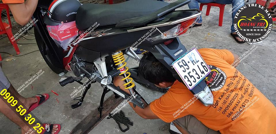Nhân viên chuẩn bị tháo gấp cũ gắn gấp mới vào