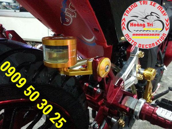 Bình dầu Racing boy có vạch đo lường dầu bên trong