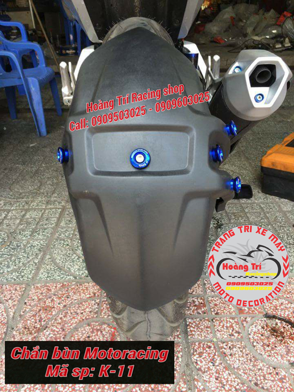 Với các ốc vít màu xanh, chắn bùn moto racing được nổi bật hoàn toàn