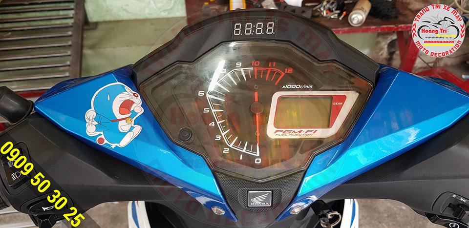 Đồng hồ lắp đặt tại vị trí trung tấm trên xe